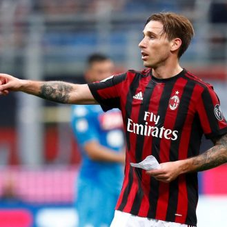Soccer Football - Serie A - AC Milan vs Napoli - San Siro, Milan, Italy - April 15, 2018   AC Milan's Lucas Biglia issues instructions from a note   REUTERS/Alessandro Garofalo